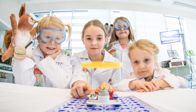Experimenting with the new electronics kit: Viola Malata closes the circuit and the propeller takes off. Pictured l to r: Emma Unger, Viola Malata, Aurelia and Matilda Unger.