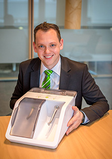Product Manager Christian Lechner and the new Assistina TWIN for efficient lubrication